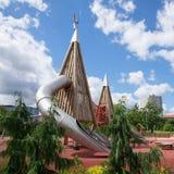Terrain de jeu d'enfants en parc public Images libres de droits