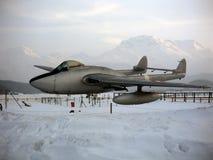 Terrain de jeu d'enfants/parc d'attractions dans les alpes neigeuses en Suisse avec un vrai avion en parc Image stock