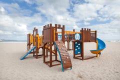 Terrain de jeu d'enfants sur la plage Glissez et des cadres de s'élever photographie stock