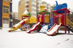 Terrain de jeu de crèche dans la neige Photographie stock libre de droits