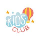 Terrain de jeu de terre d'enfants et signe coloré de promo de club de divertissement avec le nuage et le ballon à air chaud pour  Image libre de droits
