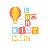 Terrain de jeu de terre d'enfants et signe coloré de promo de club de divertissement avec Toy Hot Air Baloon For l'espace jouant  Photographie stock