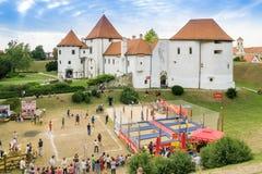 Terrain de jeu devant la vieille ville de Varazdin Images stock