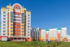 Terrain de jeu devant une belle maison à plusiers étages dans le nouveau secteur Photo libre de droits