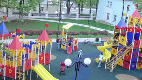 Terrain de jeu du ` s d'enfants dans la cour clips vidéos