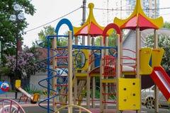 Terrain de jeu du ` s d'enfants dans la cour images libres de droits