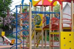 Terrain de jeu du ` s d'enfants dans la cour photo libre de droits