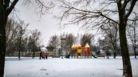 Terrain de jeu du ` s d'enfants en parc de ville en hiver Photo libre de droits