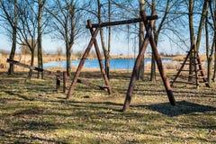 Terrain de jeu du ` s d'enfants sur le rivage de l'étang Photo libre de droits
