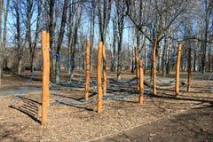 Terrain de jeu en bois pour la forêt d'enfants au printemps Photographie stock libre de droits