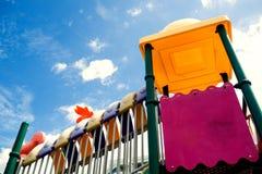 Terrain de jeu en cieux bleus lumineux et nuages blancs image stock