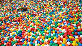 Terrain de jeu en plastique coloré d'enfants de boules image stock