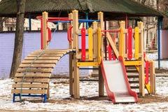 Terrain de jeu extérieur en bois en hiver Photographie stock libre de droits