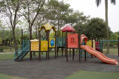 Terrain de jeu extérieur gentil d'enfants en parc photographie stock