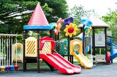 Terrain de jeu sale d'équipement en parc Photos libres de droits
