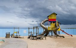 Terrain de jeu sous les cieux orageux, Portrush Images stock
