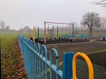 Terrain de jeu vide un matin brumeux photo libre de droits