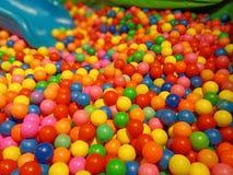 Terrain de jeux coloré d'enfants en bas âge photos stock