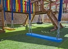 Terrain de jeux extérieur des enfants avec des oscillations photo stock