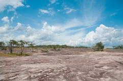 Terrain montagneux et ciel bleu image stock