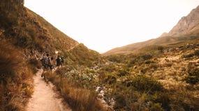 Terrain rocheux extrême en montagnes avec des randonneurs images stock