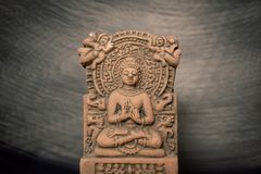 Terrakotta Buddha von Sarnath, Varanasi, Indien; durch heraus die Zeit lizenzfreies stockfoto