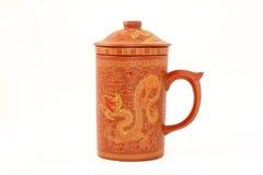 Terrakotta-Teetasse auf weißem Hintergrund Lizenzfreies Stockfoto