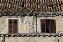 Terrakottadächer und -fenster mit Fensterläden Lizenzfreie Stockbilder