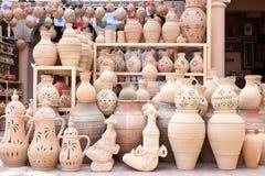 Terrakottan lägger in till salu i Nizwa, Oman Arkivfoton