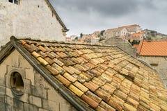 Terrakottatak i Dubrovnik som ses från stadsväggarna Royaltyfria Bilder