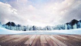 Terraço de madeira na paisagem da montanha do inverno na queda de neve Foto de Stock