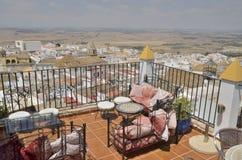 Terraço do restaurante com vistas à vila Imagens de Stock Royalty Free