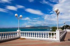 Terraplén blanco, mar azul, cielo azul Foto de archivo