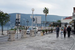 Terraplén de Herceg-Novi por la tarde Fotos de archivo