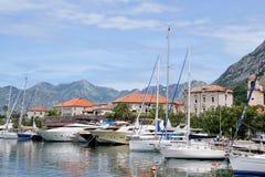 Terraplén de la ciudad con los veleros en la ciudad de Kotor en Montenegro Imagenes de archivo