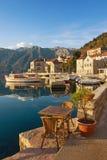Terraplén de la ciudad de Perast montenegro Fotos de archivo