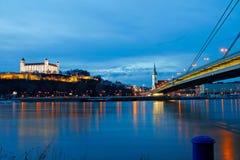 Terraplén de la escena de la noche de Danubio, Bratislava Fotos de archivo libres de regalías