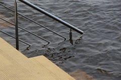 Terraplén de las escaleras en el agua/el Riverbank/ foto de archivo