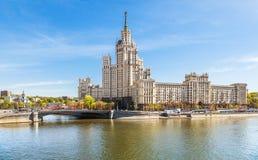 Terraplén de Moscú con el rascacielos del ` s de Stalin Imagen de archivo libre de regalías