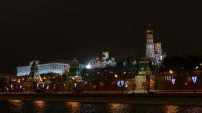 Terraplén de Moscú el Kremlin, coches de la calle y por la tarde - invierno almacen de video