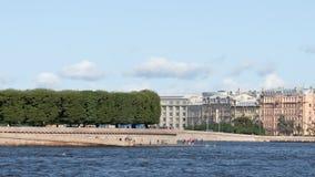 Terraplén del escupitajo de la isla y de los turistas en el verano - St Petersburg, Rusia de Vasilievsky almacen de metraje de vídeo