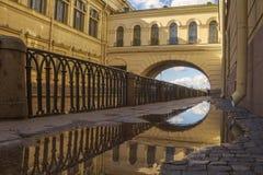 Terraplén del granito de un pequeño canal después de la lluvia del otoño St Petersburg imagen de archivo