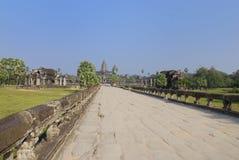 Terraplén del Naga en la yarda delantera de Angkor Wat imagen de archivo