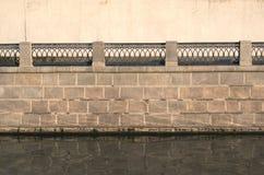 Terraplén del río con la cerca decorativa Fotografía de archivo libre de regalías