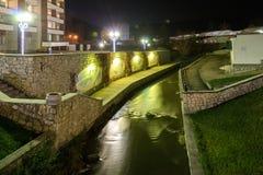 Terraplén del río de Belakurikh en la noche Imagenes de archivo