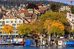 Terraplén del río de Limmat en la ciudad de Zurich, Switzerlan Fotos de archivo libres de regalías