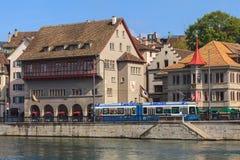 Terraplén del río de Limmat en Zurich, Suiza Fotos de archivo libres de regalías