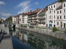 Terraplén del río de Ljubljanica en Ljubljana, Eslovenia foto de archivo