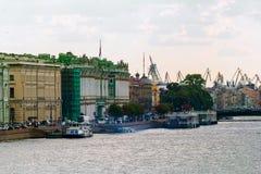 Terraplén del río de Neva en St Petersburg imagen de archivo libre de regalías