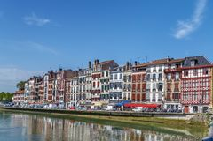 Terraplén del río de Nive en Bayona, Francia imagen de archivo